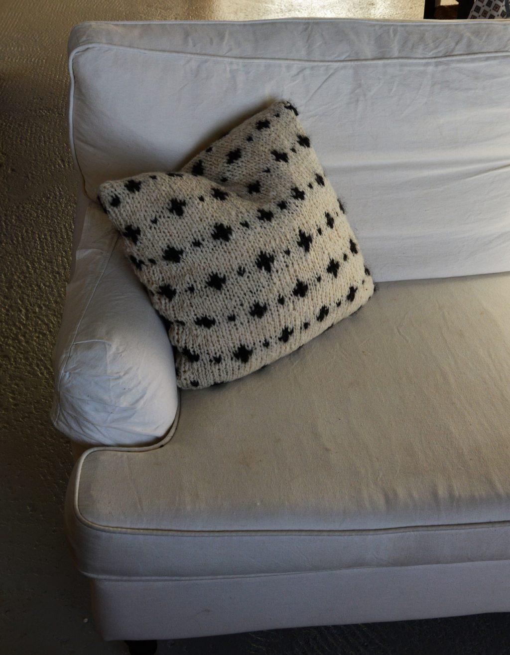Tvåfärgad mönsterstickad kudde, stickkit
