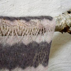 Mönsterstickad spetsjal i Hedgehogs Kid silk, stickkit