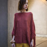 Gotham poncho i design från The Fibre Co, stickkit