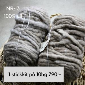 Ett stick-kit i 100% Chunky ull 10 hg grå-beige. Passar till kuddar filtar m.m. Stickor nr 25 kan köpas till separat här för 200,-.http://alpacaofsweden.se/produkt/stickor-25-mm/ Skriv i meddelanderutan i kassan vilket mönster du vill ha med. Du kan välja mellan rätstickad, mosstickad eller flätstickad pläd.