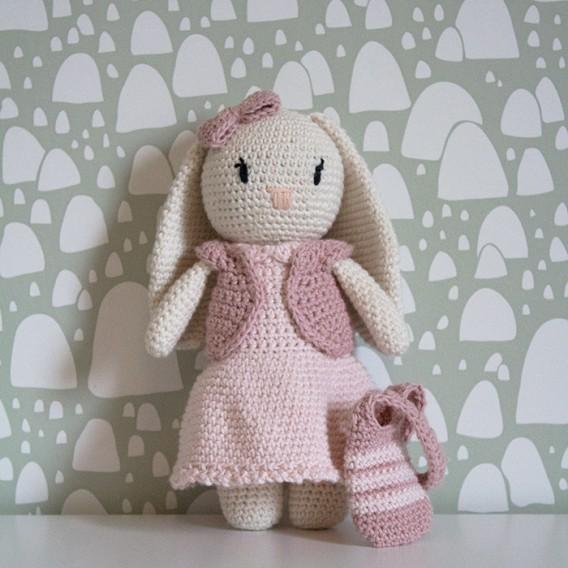 Kläder till flickkanin i ekologiskt bomullsgarn, virkkit